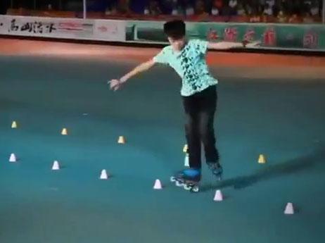 Cậu bé 10 tuổi trượt patin điêu luyện