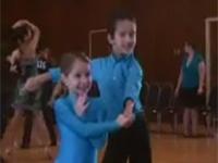 Hai bé đáng yêu nhảy Cha cha cha
