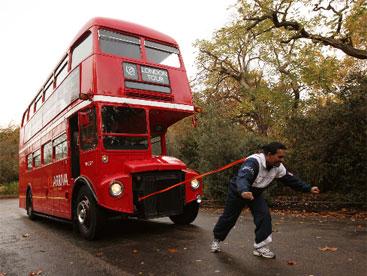 Người có thể kéo xe bus bằng 2 tai