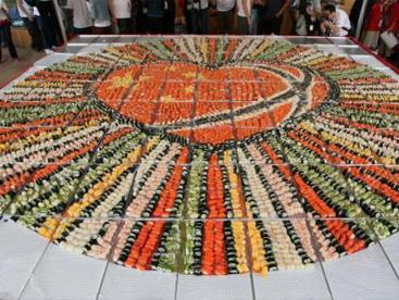 Bức tranh lớn nhất thế giới làm từ 8.734 miếng sushi