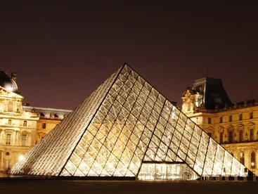 Kim tự tháp ánh sáng tại Paris