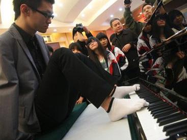 Nghị lực phi thường chơi nhạc bằng chân