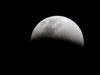 Tại sao có những dãy núi hình vòng cung trên mặt trăng?