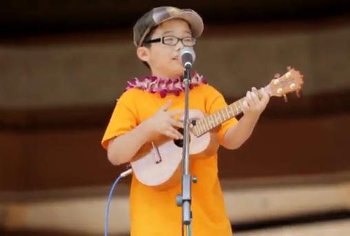 Cậu bé 8 tuổi chơi ghi ta