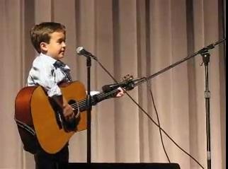 Cậu bé chơi ghi ta