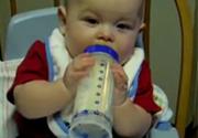 Vừa ngủ vừa uống sữa