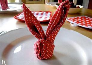 Úm ba la biến khăn ăn thành thỏ xinh